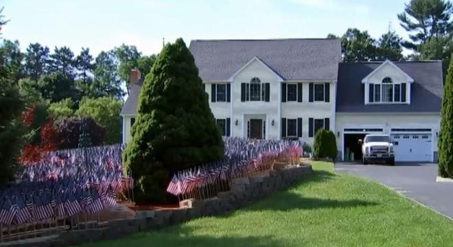 Visitantes param na frente da casa para fotografar o tributo