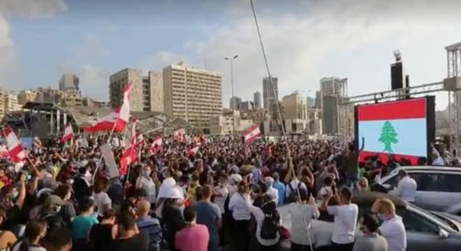 Manifestantes prestam homenagem às vítimas da megaexplosão em Beirute
