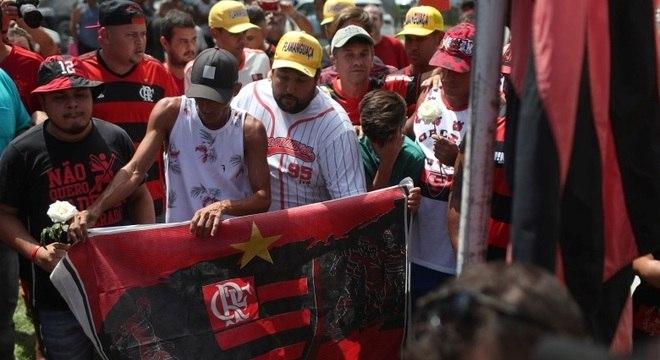 Torcedores do Flamengo fazem prestam solidariedade na entrada do CT