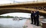 Marinheiros colocam uma coroa de flores durante uma cerimônia para homenagear as vítimas no segundo aniversário do acidente do barco Hableány, que deixou 27 pessoas mortas no rio Danúbio, em Budapeste, na Hungria