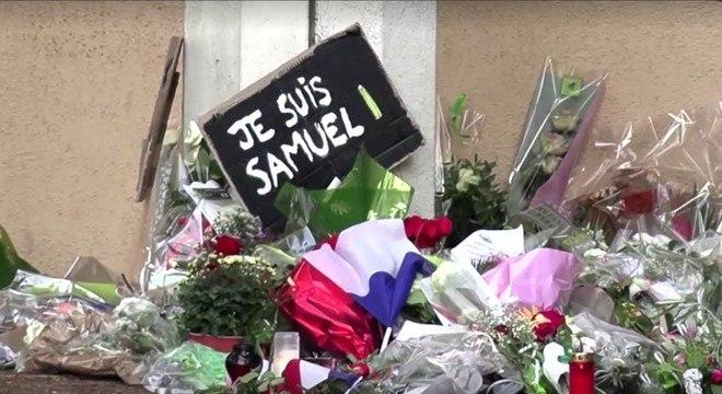 Franceses deixaram homenagens a Samuel Paty na escola onde ele lecionava