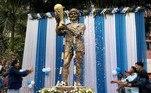 Em Kolkata, na Índia, fãs de Maradona rezaram por ele e depois jogaram pétalas de flores em sua estátua, que fica no centro da cidade e foi inaugurada em 2017