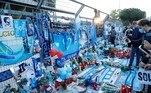 A frente do estádio San Paolo, que se chamará oficialmente estádio Diego Armando Maradona, se transformou em um verdadeiro memorial para o craque argentino