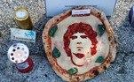 Até mesmo uma pizza, com o rosto de Maradona desenhado em molho de tomate, apareceu como homenagem