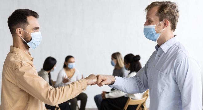 Soquinho tem substituído o aperto de mão durante a pandemia de coronavírus