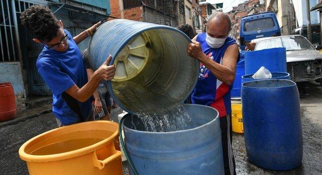 A falta de água afeta muitas famílias da Venezuela