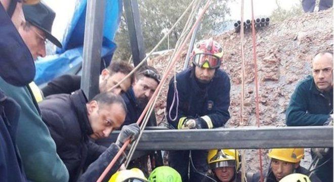 Equipe de resgate fez dois túneis para alcançar o menino