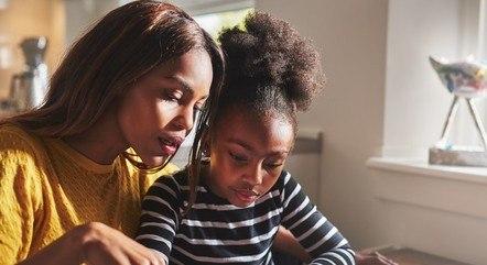 Pais que defendem o homeschooling sofrem preconceito e são considerados autoritários por grande parte da sociedade