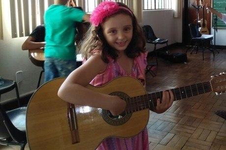 Débora, de 7 anos, faz aula de viola