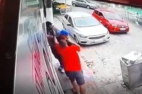 Câmeras do comércio flagraram o crime