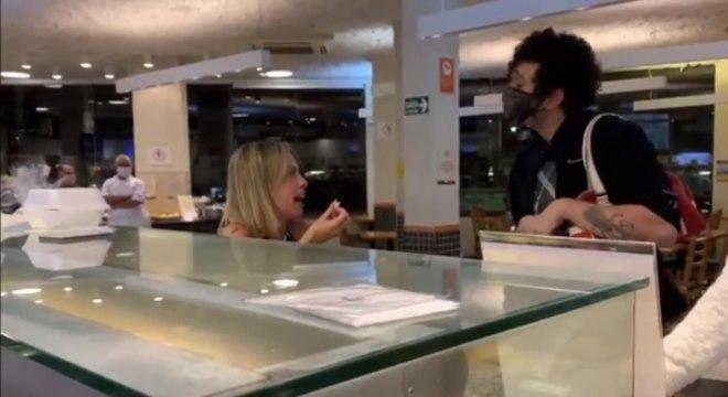 Lidiane, à esquerda da imagem, sendo confrontada por clientes da padaria