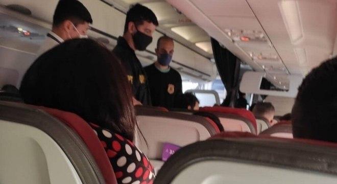 Passageiro acusado de homofobia é retirado de voo por agentes da PF, em SP