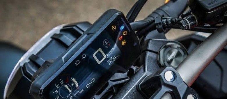 Painel LCD tem boa visualização e traz indicador de marcha, conta-giros e shift light