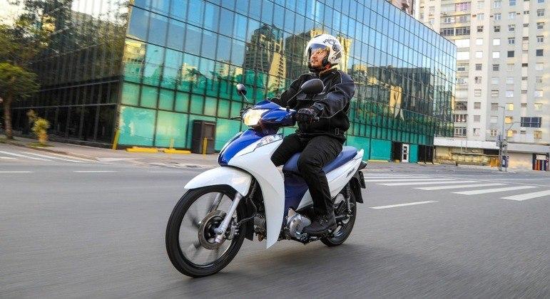 Moto ganhou as cores bicolor branca e azul