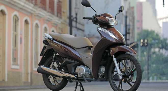 Honda Biz 125 com a nova cor marrom perolizado combinada com acabamento marrom claro