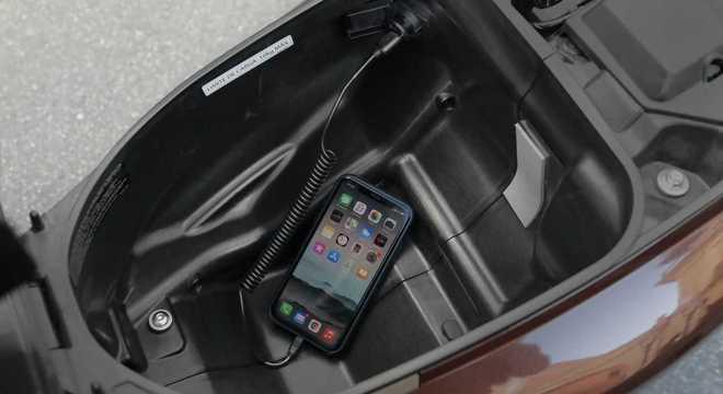 Tomada 12V sob o banco com porta capacete ou compartimento para objetos