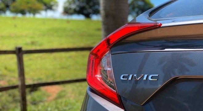 A lanterna em formato de bumerangue na traseira: marca registrada do Civic na décima geração