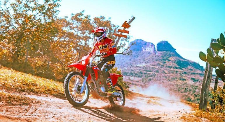 Motocicleta manteve suas características de longo curso de suspensão e motorização intermediária