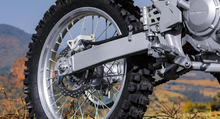 Rodas são aro 21 na dianteira e 18 na traseira e graças ao porte elevado ela mantém suas características específicas de uso