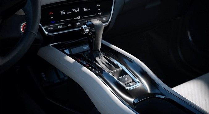 No detalhe, o câmbio CVT; partida no botão, porém, somente na versão Touring