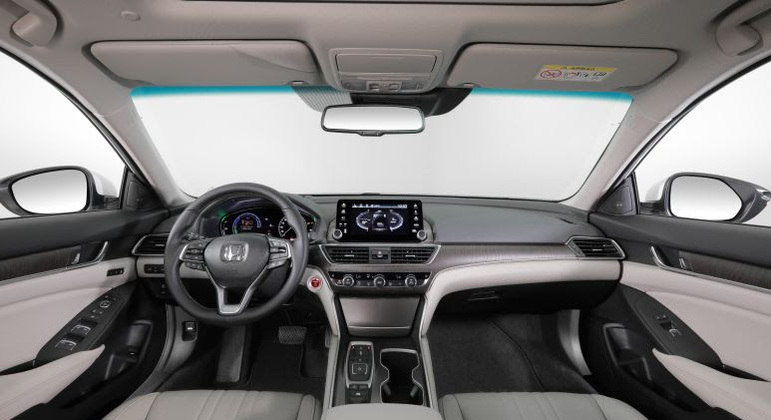No quesito conectividade o sedã recebe espelhamento Android Auto e Apple CarPlay sem fio