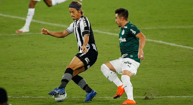 Honda, do Botafogo, comandou meio-campo na vitória contra Palmeiras
