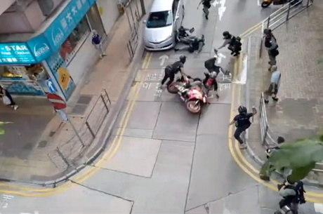 Jovem é acusado de atropelar policiais em protesto