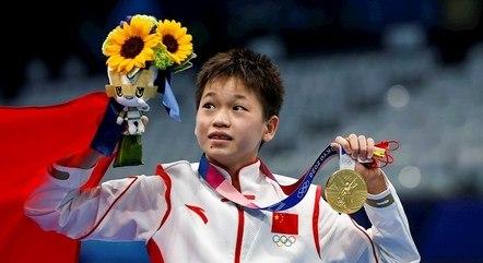 Quan Hongchan exibe medalha conquistada