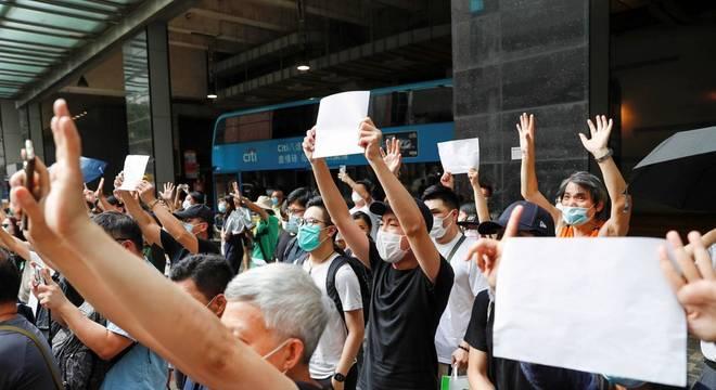 Manifestantes erguem cartazes em branco durante protesto em Hong Kong