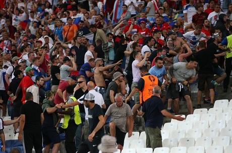Conflito entre hooligans incomoda torcida durante a Euro