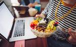 AlmoceUma grande vantagem de trabalhar em casa é poder evitar saladas tristes em sua mesa ou ofertas de refeições medíocres. Em vez disso, você pode reservar um tempo para preparar algo que realmente deseja comer e se divertir. Você pode transformar o tempo em que está comendo em tempo de qualidade com seus novos colegas de trabalho