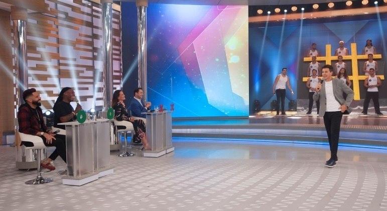 Latino, MC Kekel, Carolina Ferraz e Eduardo Ribeiro se divertem no palco do Hora do Faro deste domingo (4)
