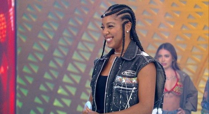 Negra Li participa de desfile de moda sustentável no palco do Hora do Faro
