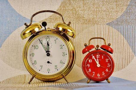 Os moradores dos dez Estados das regiões Sul, Sudeste e Centro-Oeste e do Distrito Federal devem atrasar seus relógios em uma hora a partir da meia-noite deste domingo (17), quando termina o horário de verão após 104 dias.