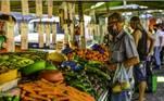 SP - CONAB/PROHORT/12º BOLETIM/HORTALIÇAS - ECONOMIA - Movimento em uma feira livre no Jardim Nova Detroit, na zona leste da cidade de São José dos Campos (SP), na manhã desta quarta-feira, 16. As hortaliças tiveram alta de preços em novembro, com exceção do tomate. A avaliação faz parte do 12º Boletim do Programa Brasileiro de Modernização do Mercado Hortigranjeiro (Prohort), da Companhia Nacional de Abastecimento (Conab), divulgado nesta quarta- feira, 16. A pesquisa da Conab considera as cinco hortaliças (batata, cenoura, cebola, tomate e alface) com maior representatividade na comercialização nas principais Ceasas do País e que registram maior destaque no cálculo do índice de inflação oficial (IPCA). 16/12/2020 - Foto: LUCAS LACAZ RUIZ/ESTADÃO CONTEÚDO