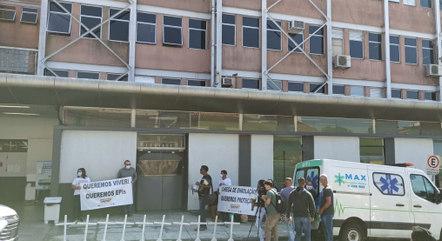 Funcionário fizeram protesto em frente a hospital