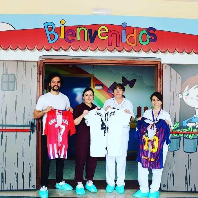 04d450ec5 Hospital transforma camisetas de times em aventais para crianças - Fotos -  R7 Fora de Jogo
