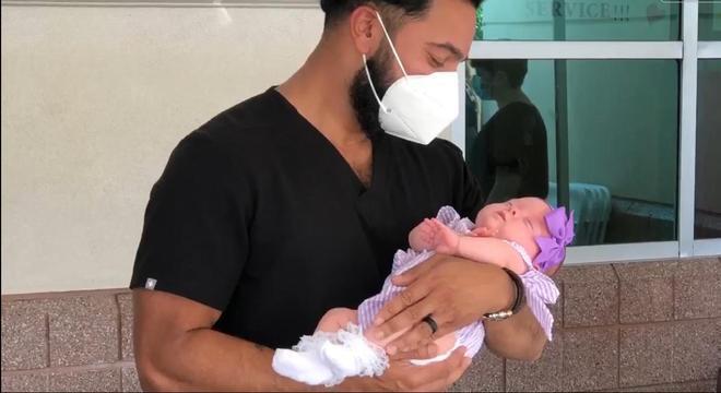 Doutor cuidou do bebê quando nasceu e teve a oportunidade de rever a criança
