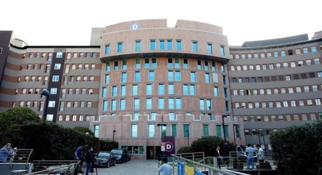 Berlusconi deu entrada no hospital San Raffaele, em Milão, na sexta-feira (4 )