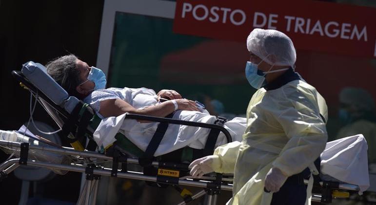 País mantém ritmo de alta das médias diárias de novos casos e mortes