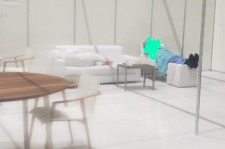 Médicos dormem em sofá e poltronas