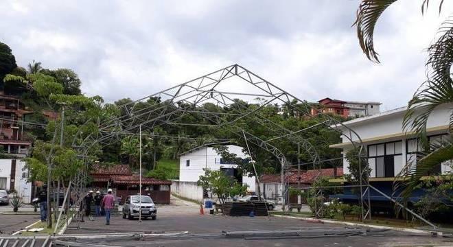Montagem do hospital de campanha em Ilhabela