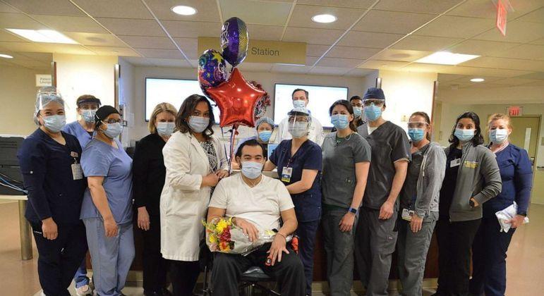 Hospital homenageou o homem após ele vencer a covid-19