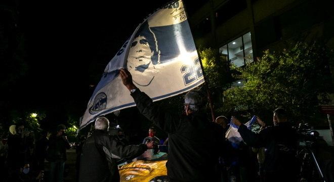 Fãs de Maradona ficam na porta do hospital em La Plata