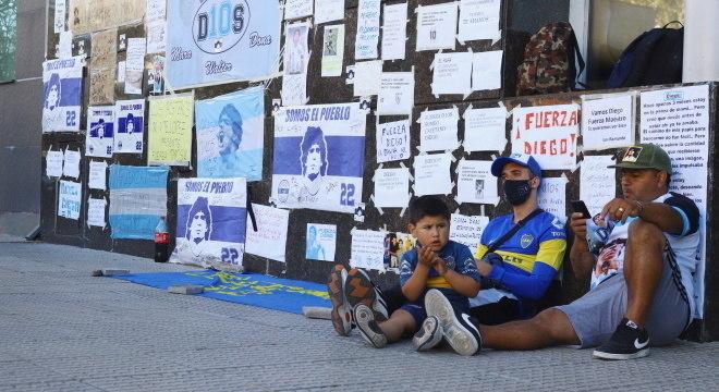 Torcedores seguem em vigília do lado de fora da clínica, onde está Maradona