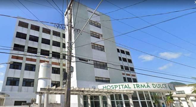Colegas de trabalho de suspeitaram de suas condutas do falso médico