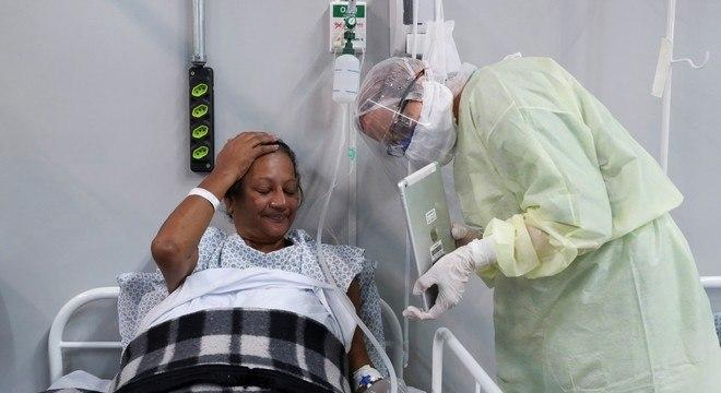 Paciente em hospital de campanha conversa com familiares por tablet