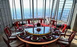 Um dos restaurantes fica no topo do hotel, no 120º andar, garantindo uma vista exclusiva da cidade