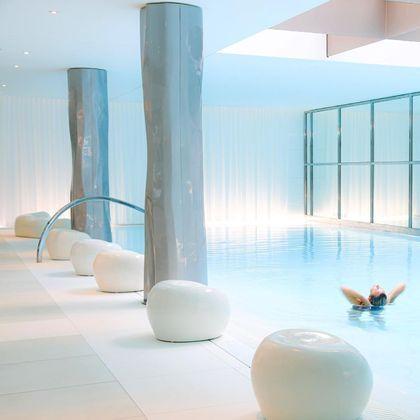 O local conta com spa, piscina de 23 metros de comprimento e três restaurantes de luxo. Além de um mordomo à disposição 24 horas e um chef para preparar todas as refeições