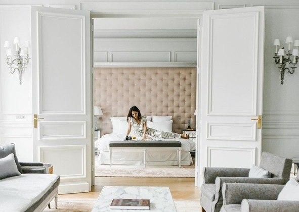 """Mas para ficar no hotel extremamente luxuoso, o craque argentino terá que desembolsar valores consideráveis se a estadia durar mais do que alguns dias. A diária do""""Le Royal Monceau"""" gira em torno dos15.500 euros, quase R$ 100 mil"""